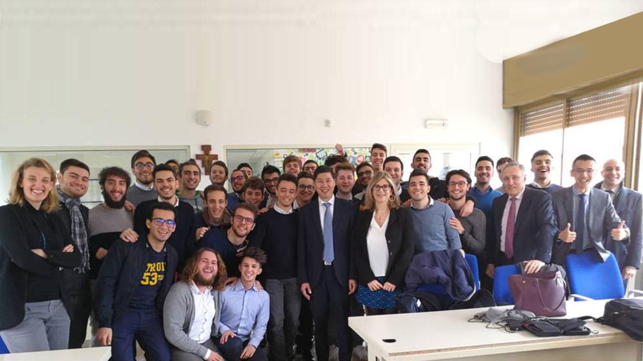 Thomas Miao CEO di Huawei Italia e gli studenti del nuovo corso di laurea in Digital Engineering