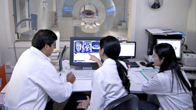 ai e healthcare, dottori che studiano delle radiografie su di una schermata
