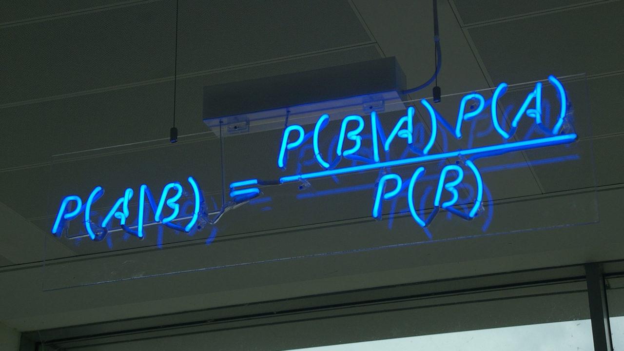 riproduzione artistica del teorema di Bayes con tubi fluorescenti