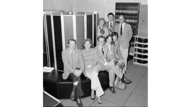 Seymour Cray e il suo gruppo di ingegneri seduti su un Cray-1 a Daresbury nel 1979