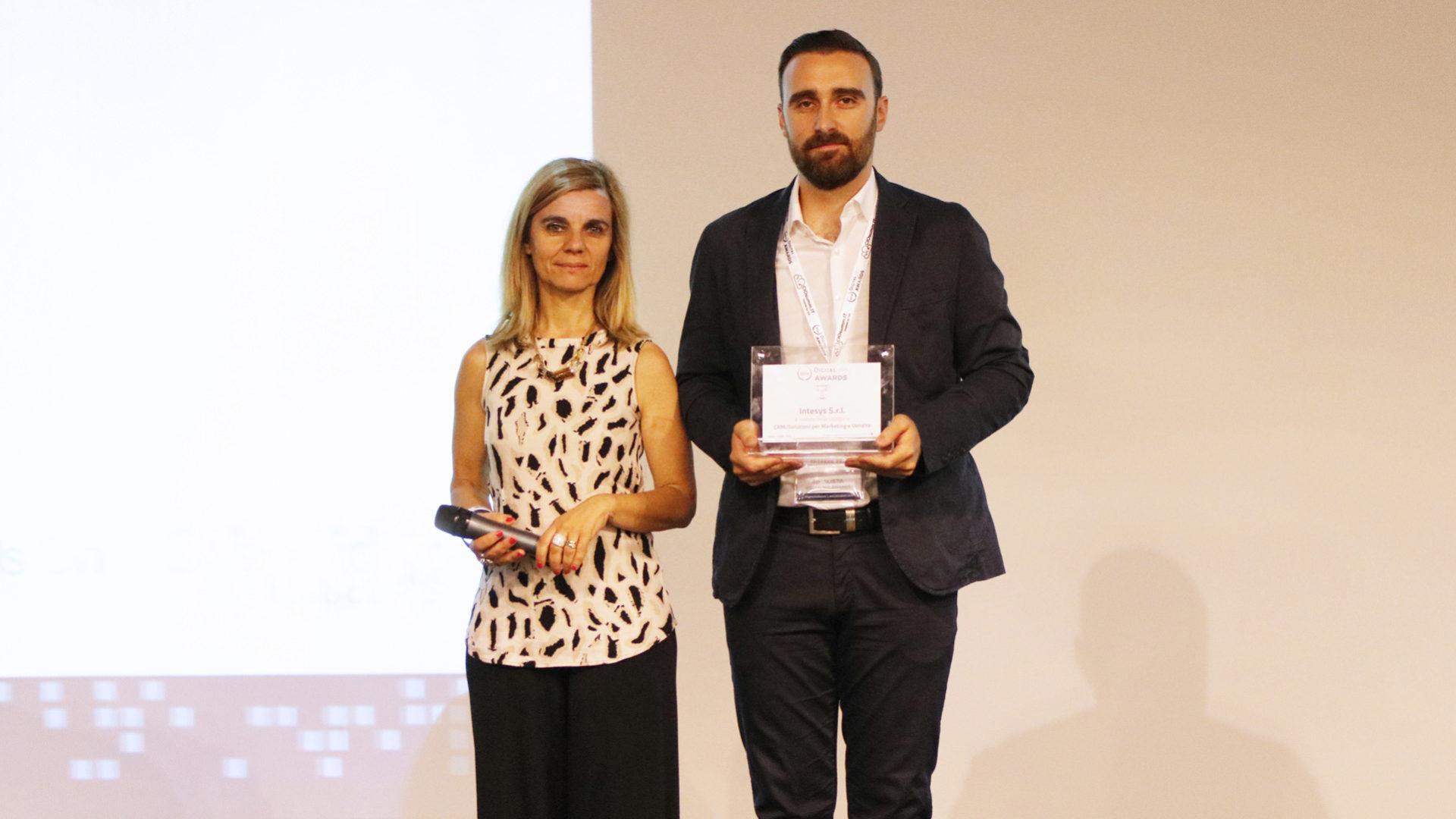 Nicolò De Uffici, User Experience Designer presso Intesys, ritira la targa